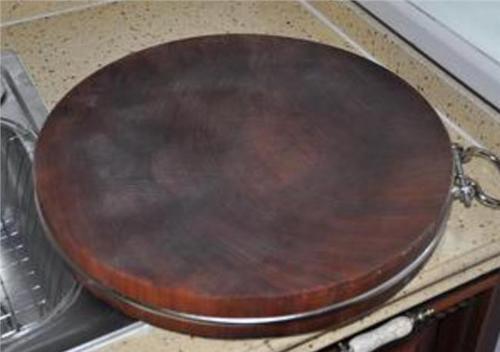 铁木砧板泡水为什么水会发黑